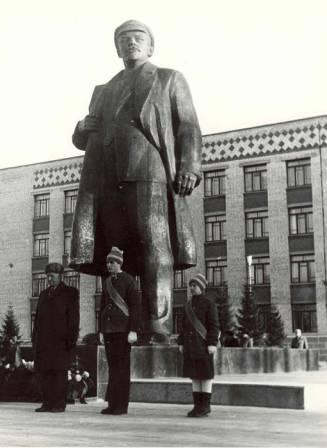 Открытие памятника В.И Ленину в Ханты-Мансийске. Общий вид  1987 год