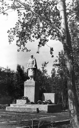 Памятник учителям и учащимся, погибшим в ВОВ 1982 год.
