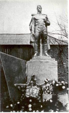 Открытие памятника погибшим учащимся и педагогам педагогического училища. 1980г.