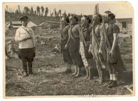Женщины в противогазах, сдача на фк значок. г. Ханты-Мансийск.