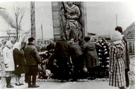 Открытие памятника погибшим работникам Рыбохозяйственного комбината.