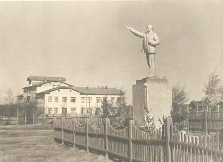 Здание окрисполкома и памятник В.И. Ленину